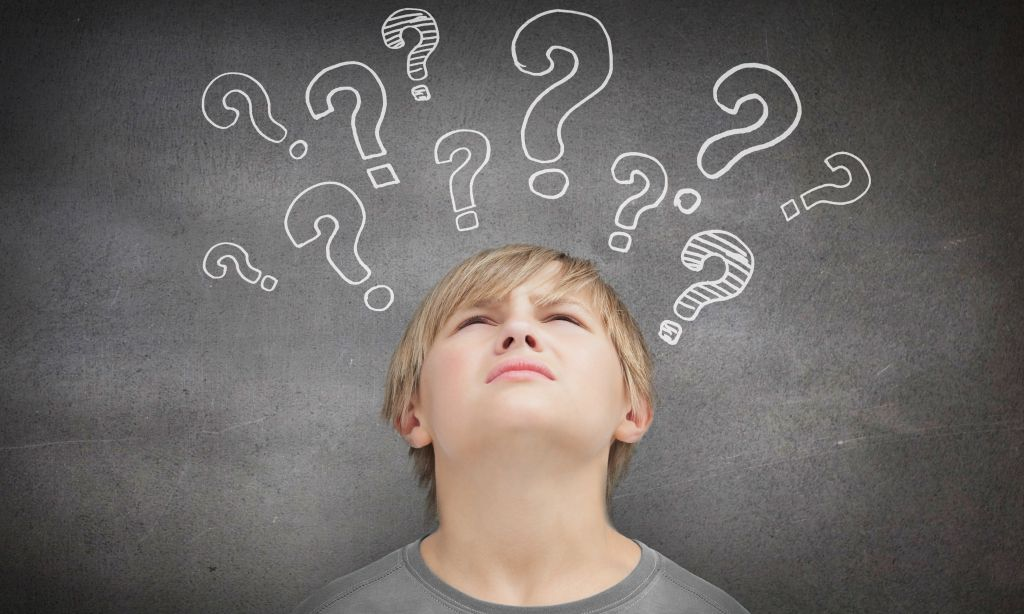 Illustrationsbild: Kind denkt angestrengt nach. Große Fragezeichen im Hintergrund