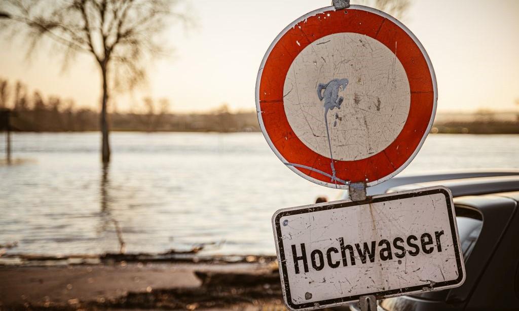 Ein Schild warnt von Hochwasser