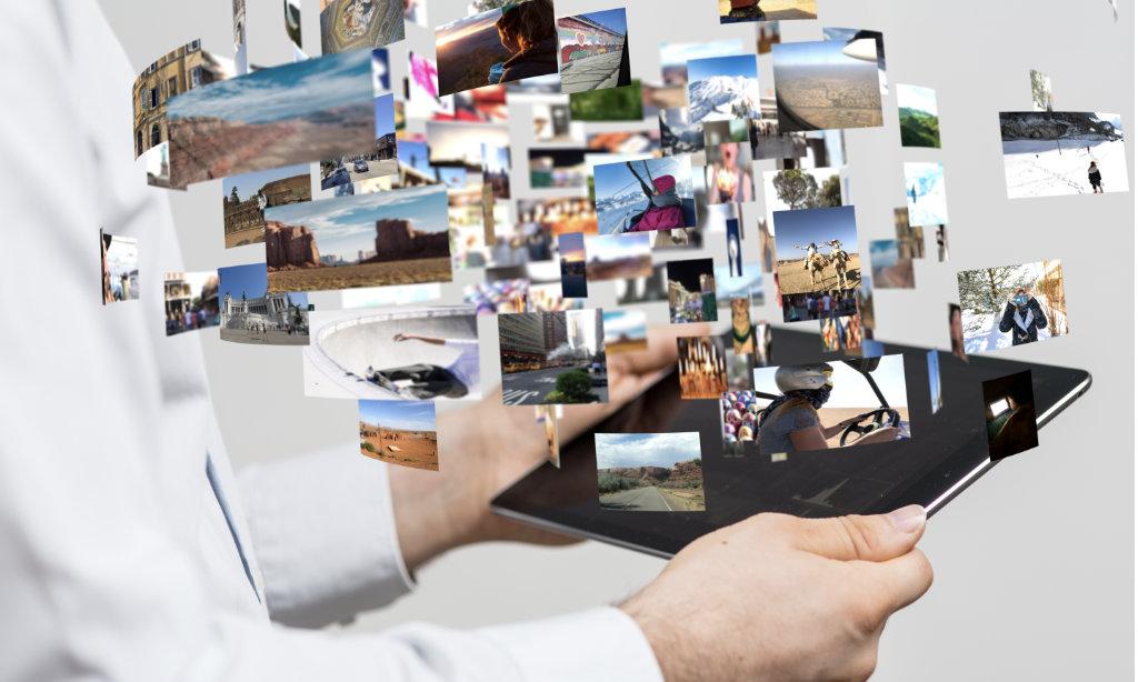 Fotos steigen aus einem Tablet heraus.